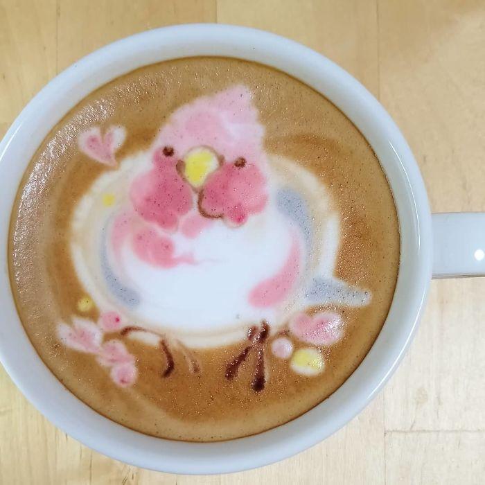Des oiseaux dessinés sur le café latte
