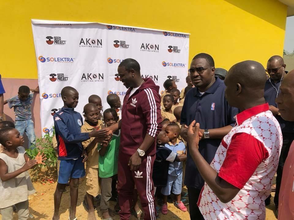 Akon, un chanteur de rap généreux!