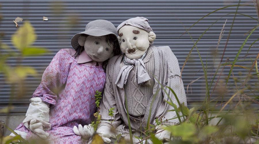 Des mannequins-poupées dans un village