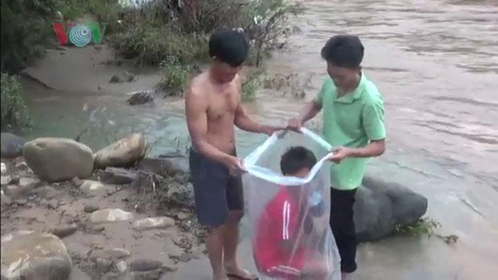 Dans un sac en plastique pour aller à l'école chaque matin