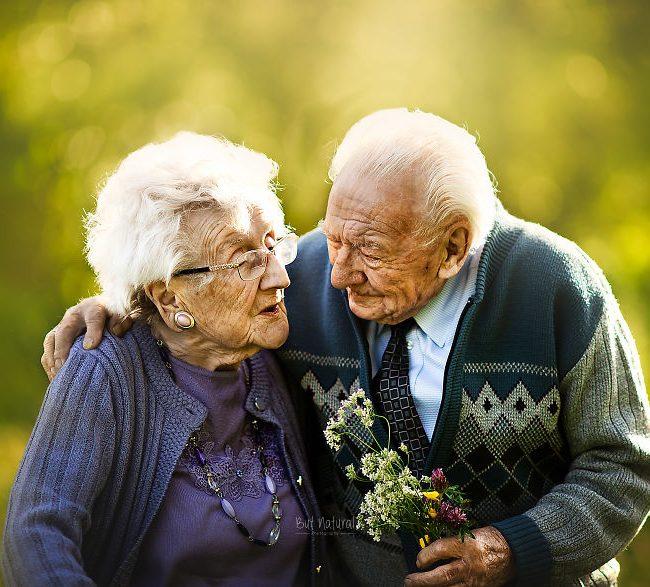 Des personnes âgées dans des photos de couples