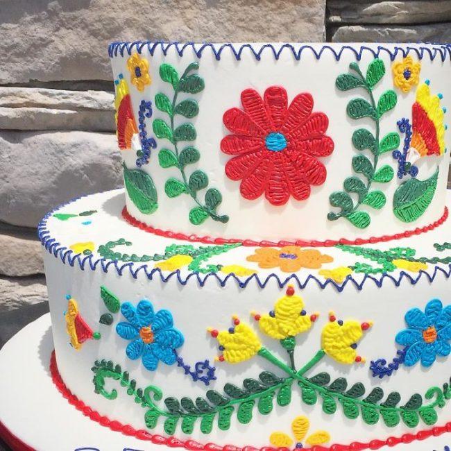 Leslie Vigil fait des broderies sur du gâteau
