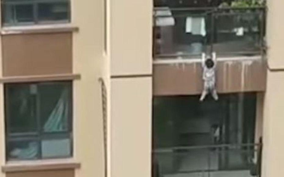 Un enfant tombe est rattrapé par les voisins