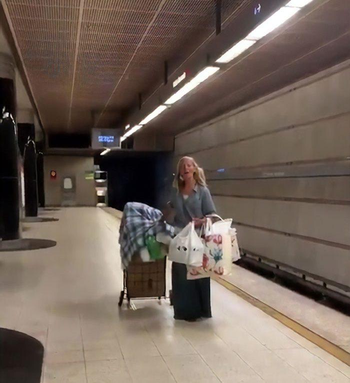 Une chanteuse de métro SDF retrouve une belle vie