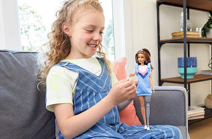 Barbie devient parfaite aux yeux de tous les enfants
