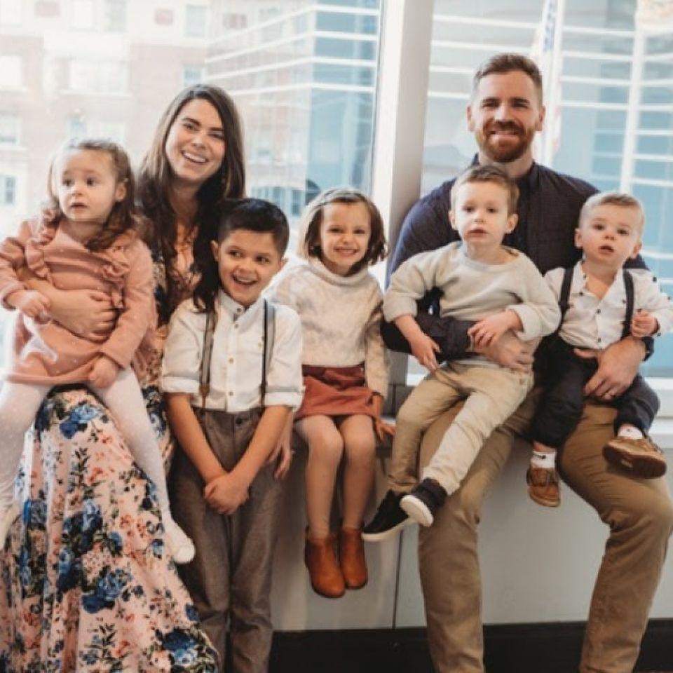 Des quadruplés en plus de leurs quatre enfants adoptés