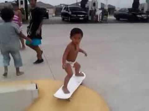 Un bébé de deux ans fait du skate-board
